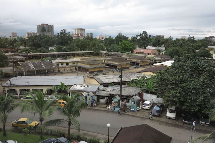 Photo: Avenue des Cocotiers, Douala, the largest city in Cameroon and its economic capital. The city is primarily francophone. Credit: Kayhan ERTUGRUL | Wikimedia Commons.