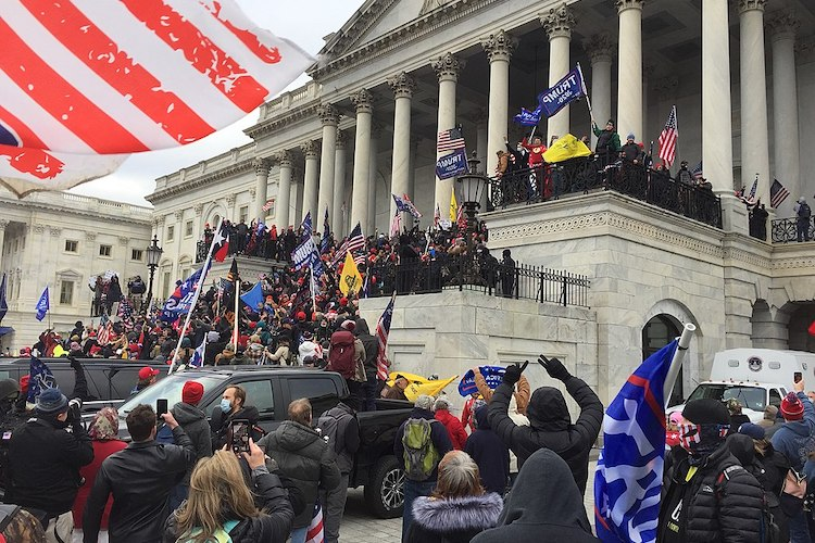 Photo: Crowd of Trump supporters marching on the US Capitol on 6 January 2021, ultimately leading the building being breached and several deaths. C BY-SA 4.0
