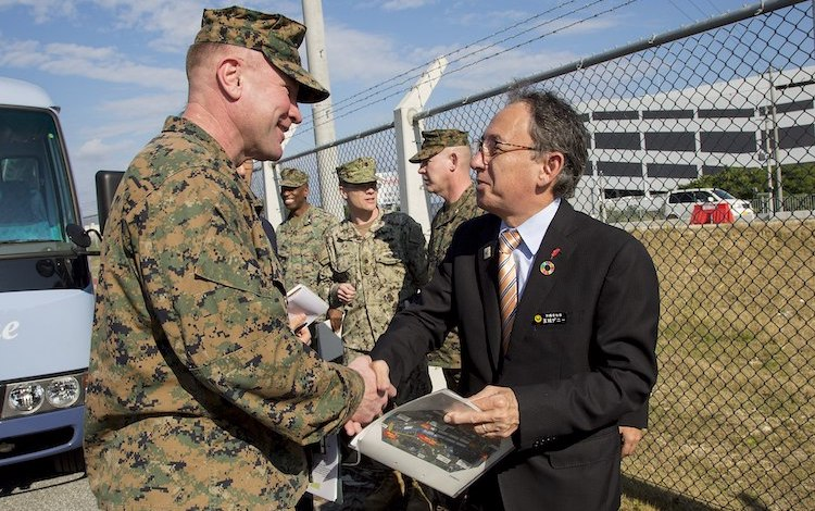 Photo: Governor Tamaki (right) with U.S. Marines stationed in Okinawa (2019). Public domain | Source: Wikimedia Commons